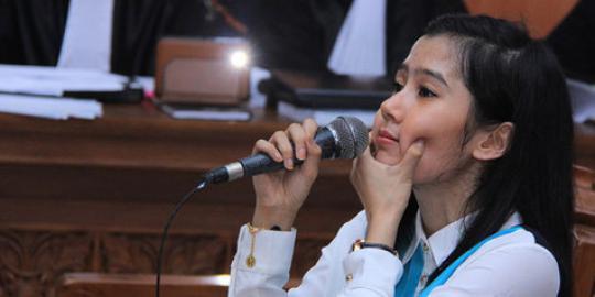 Ardina Rasti Memperagakan Penganiayaan Eza Gionino Di Sidang 10 April 2013